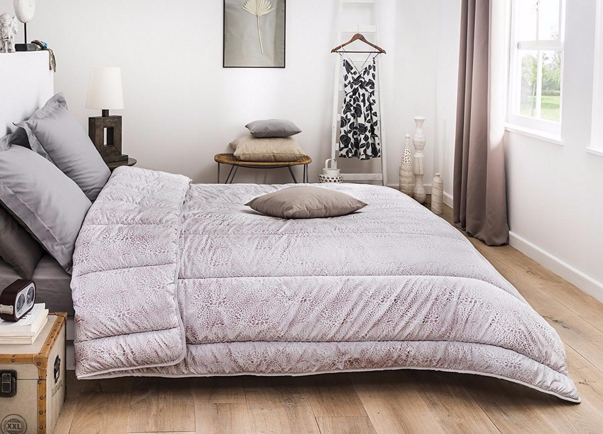 couette microfibre 220x240cm effet crocodile noire j k markets. Black Bedroom Furniture Sets. Home Design Ideas